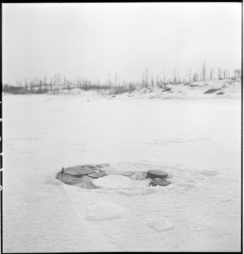 Затонувший танк Т-26. Из-за него и остров называется